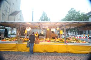 wochenmarkt mit höri gemüse